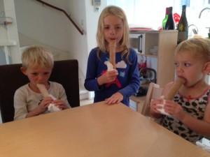 kindjes eten ijsjes 300x225 Zelfmaakijsjes, maar dan anders