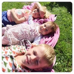 3 kindjes op een rij grasveld