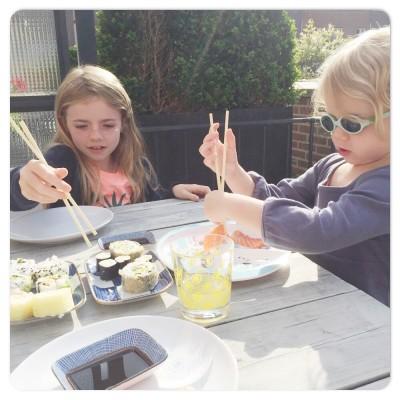 dames eten sushi