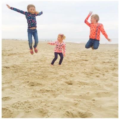 jump op het strand kids
