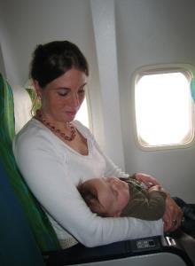 met baby in het vliegtuig