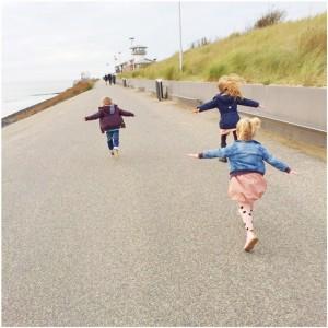 kids rennen vliegtuig