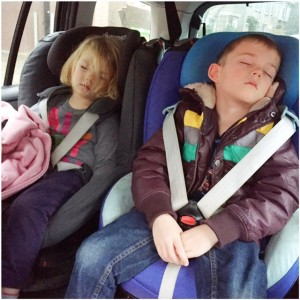 4 kids slapen in auto