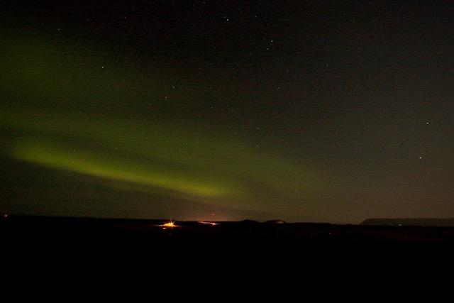 foto noorderlicht langs de weg stykkysholmur