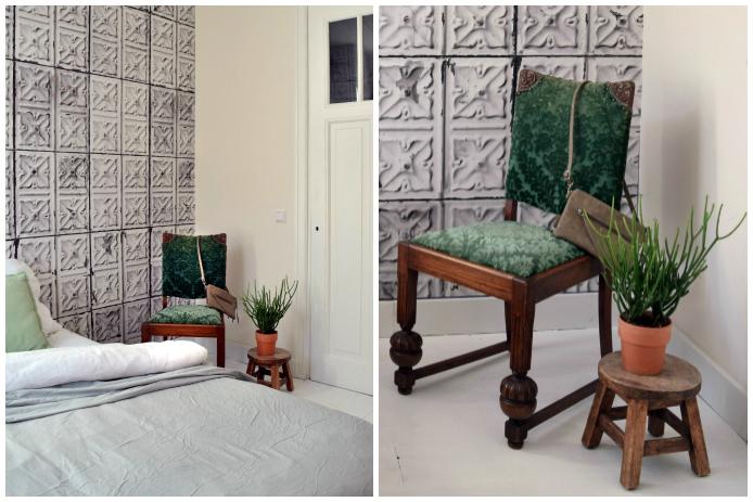 Slaapkamer Petra: De slaapkamer is onlangs behangen met Brooklyn Tins behang van NLXL. De groene vintage stoel is van Petra's oma geweest.