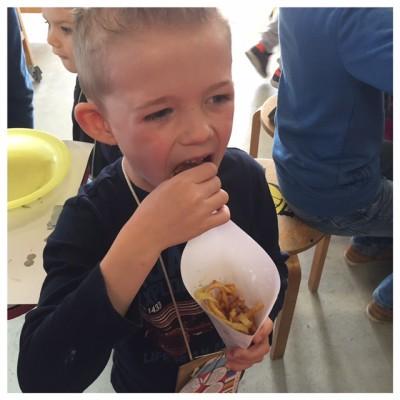 yuren eet zelfgemaakte chipjes