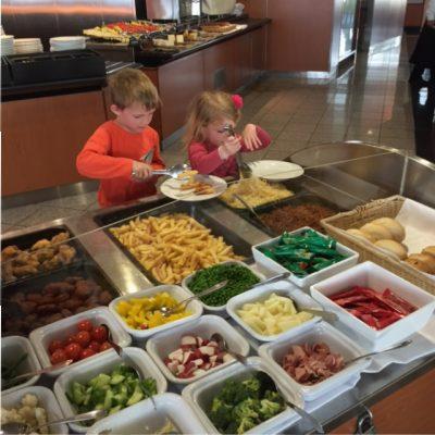 De kindjes kunnen zelf opscheppen bij het kinderbuffet