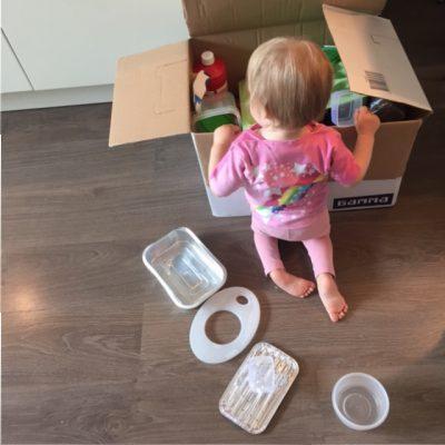 Fee helpt uitpakken dozen