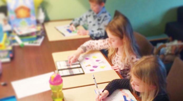 kinderen-tekenen-op-de-schilderplank