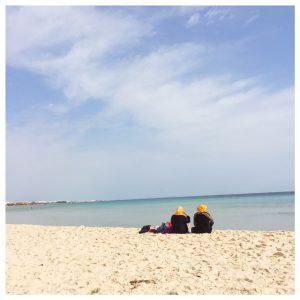 Op vakantie naar Tunesië vrouwen bij zee