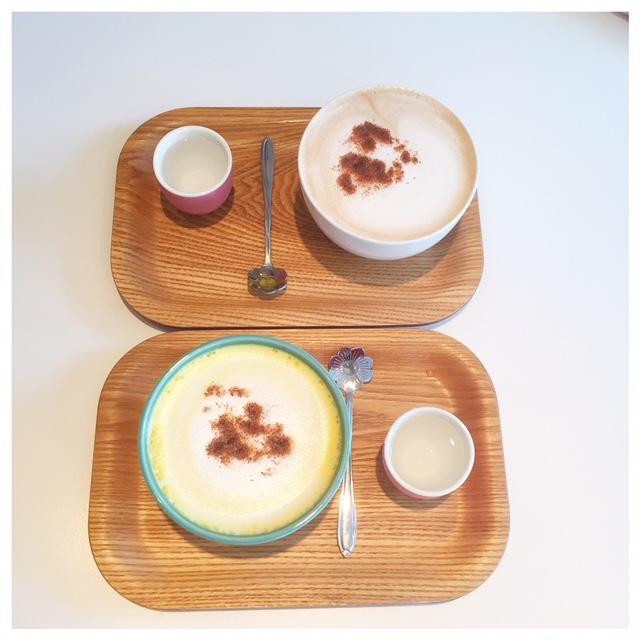Turmeric latte op dienblad