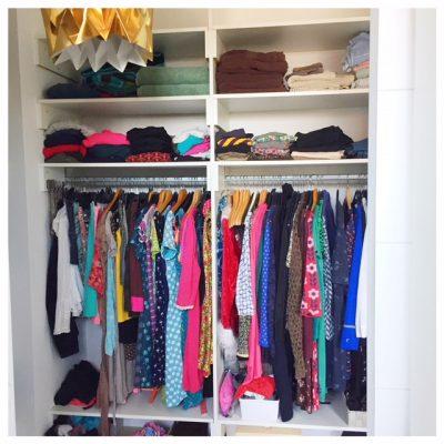 kast opgeruimd kleding