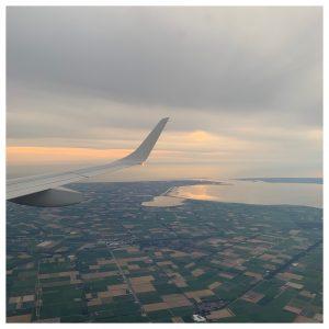 vliegtuig boven ned ondergaande zon