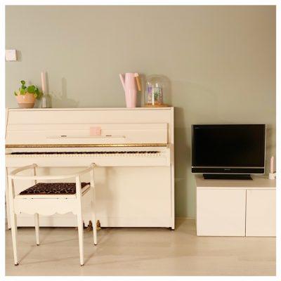 geverfde muur piano