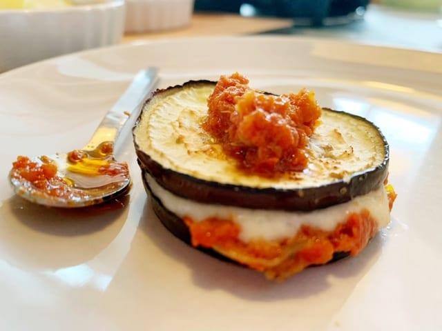vegetarisch gourmetten aubergine met tomatentapenade en kaas