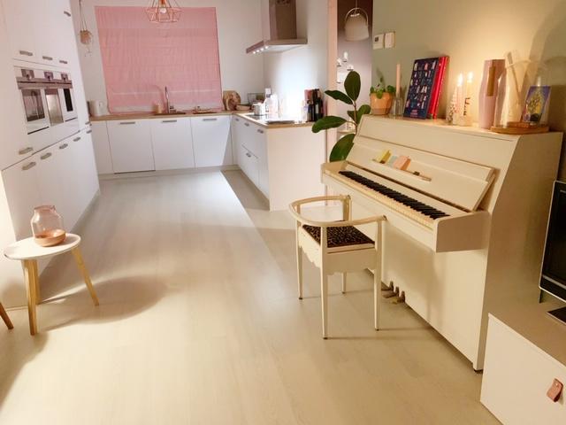 keuken en piano in kerstsfeer in huis