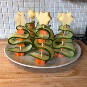 komkommer, kaas, worst tomaat kerstbomen kersthapje