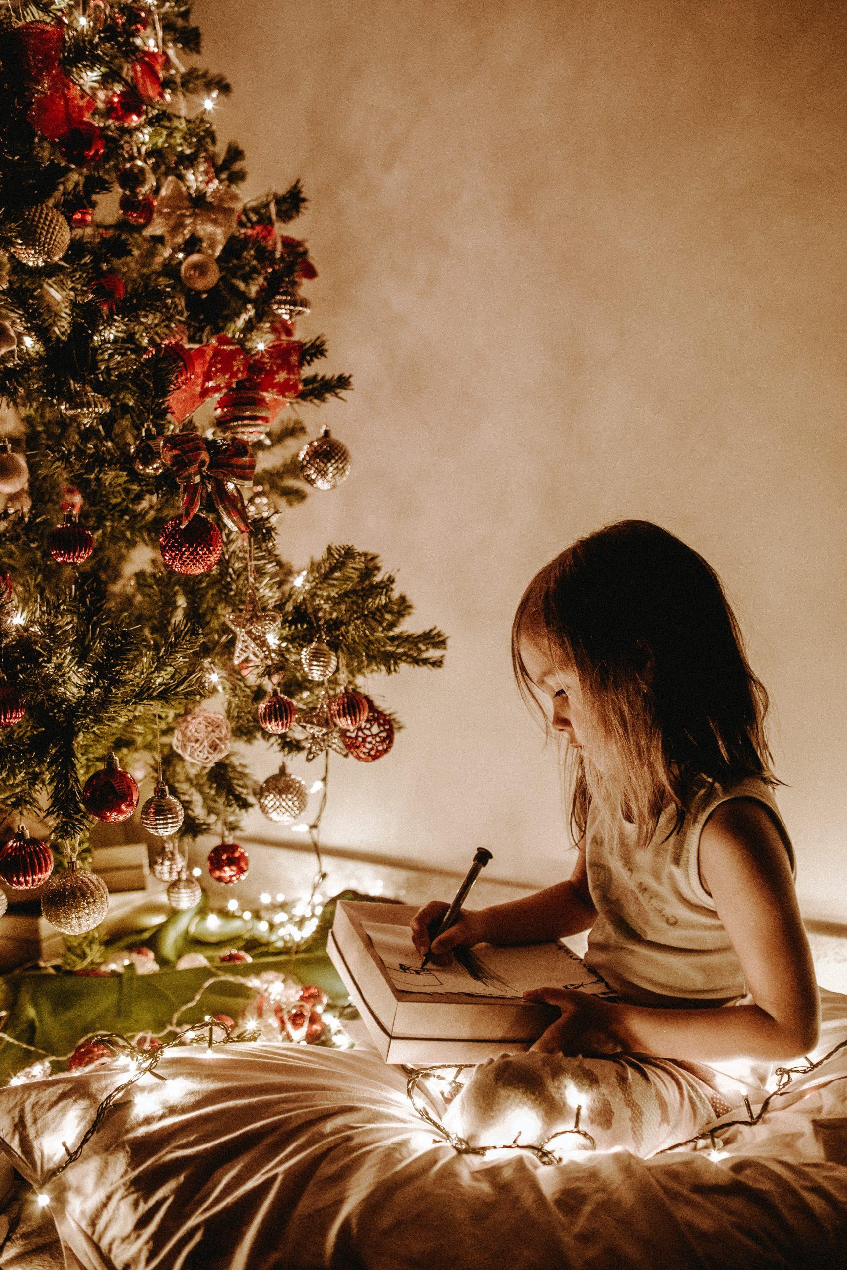 kind bij de kerstboom de christmas eve box