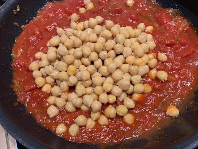 Jachtschotel met tomaat en kikkererwten