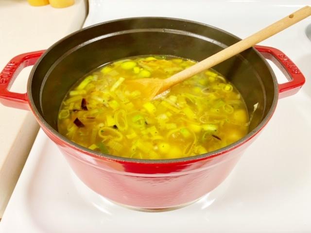 Winterse-soep-met-aardappelen-en-prei-in-the-making