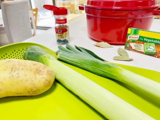 Winterse-soep-met-aardappelen-en-prei-ingredienten