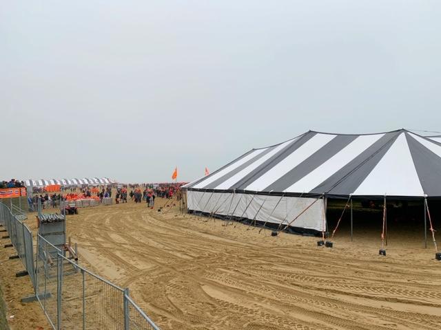grote tent omkleden nieuwjaarsduik