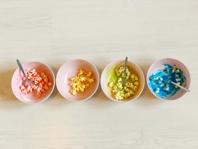 popcorn in regenboog kleuren