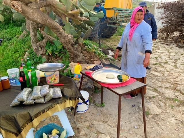 Berber vrouwen maken berberbrood Noord-Tunesië