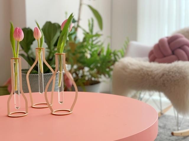 Houten vaasjes met reageerbuis om zelf te maken op roze tafel