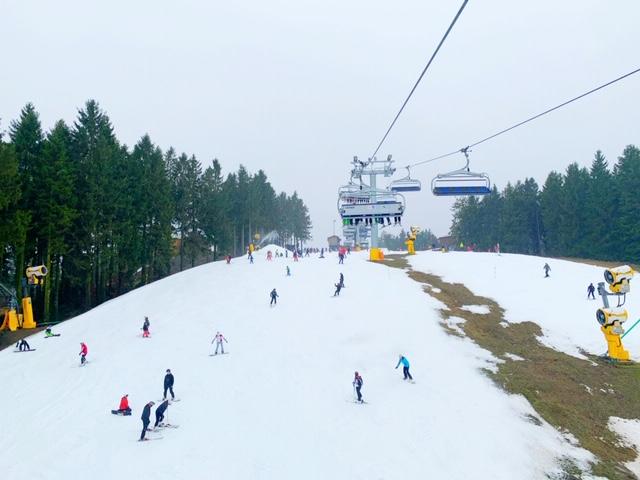 vanuit de lift zicht op de piste winterberg