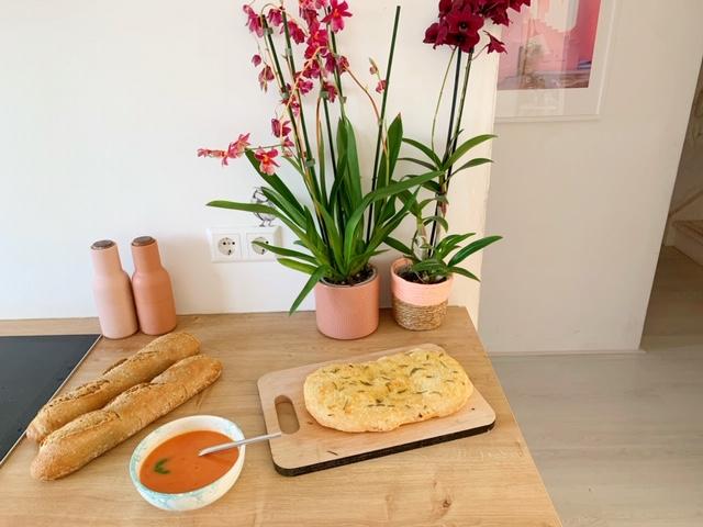 Focaccia met rozemarijn en knoflook met tomatensoep