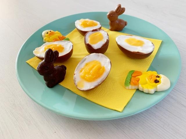bord met chocolade eitjes en ch