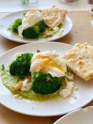 broccoli met gepocheerd ei