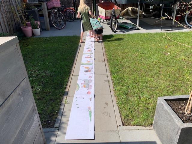 in de tuin een prentenboek van 4 meter over verhuizen
