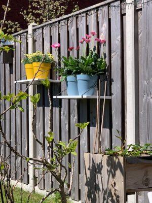 kleurrijke potten in de tuin