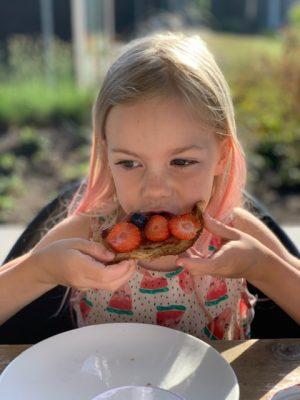 Fee eet wentelteefje met aardbei landal vlinderhoeve