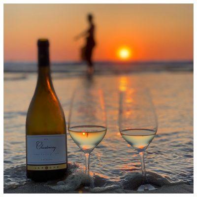 Juut dansen voor de wijn bij sunset
