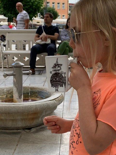 fee drinkt uit de bron in Karlovy Vary