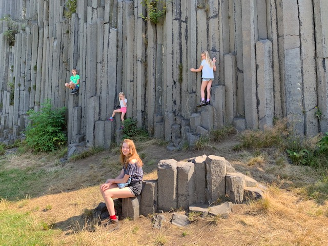 kids op basalten rots tsjechie