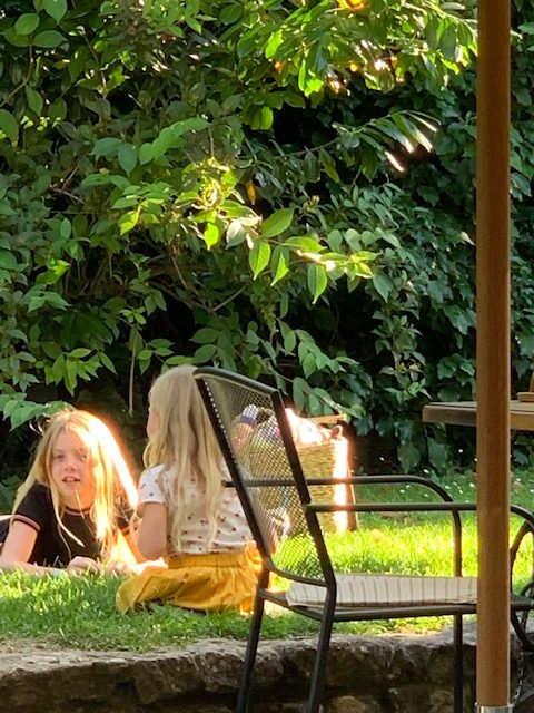 kids spelen in tuin restaurant