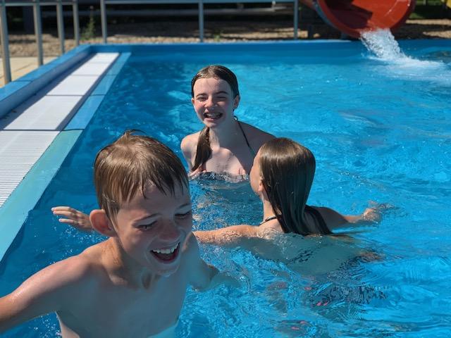 kids spelen zwembad