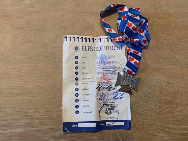 Mijn ervaring met de Elfstedentocht fietsen medaille en stempels