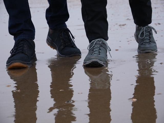 wandelschoenen op het strand
