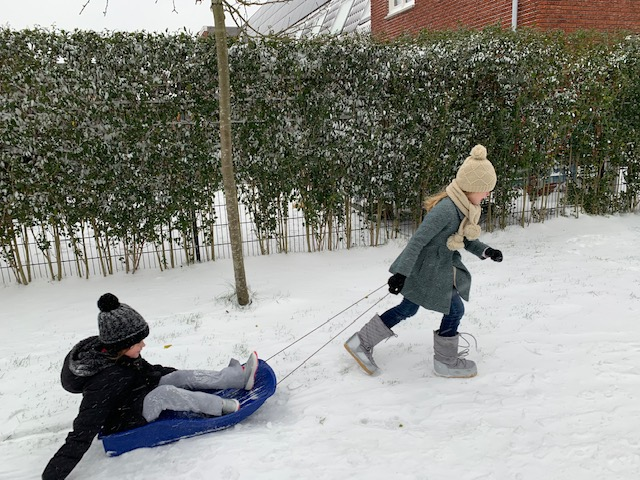 Lenthe en veroniek spelen in de sneeuw feb 2021