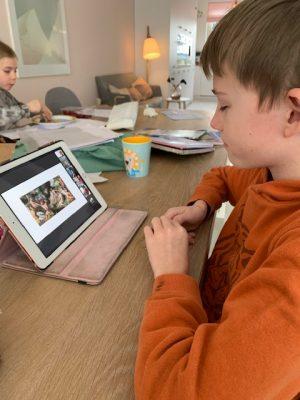 sterre geeft een les grieks voor klas yuren
