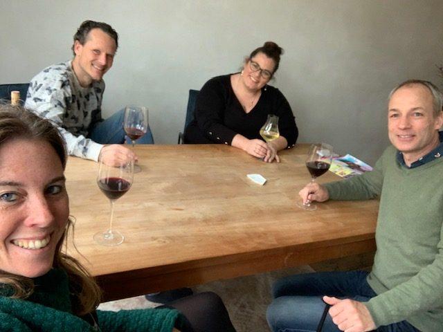 bij nelleke en johan wijn drinke