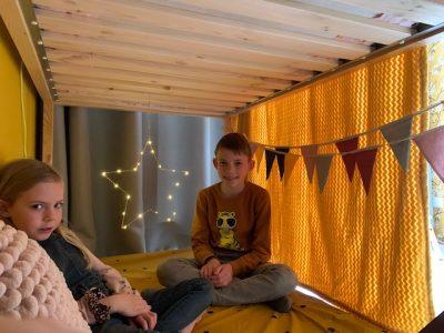 Yuren en Fee in hutje onder bed
