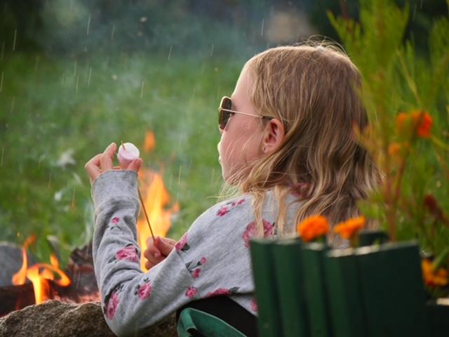 Fee marshmallow vuur in regen